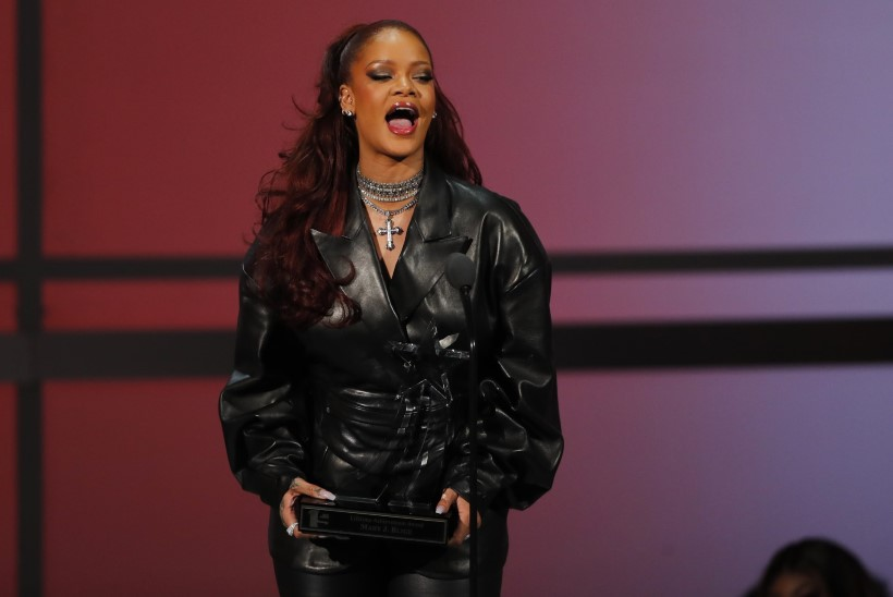 LÄKS LIIALE? Rihanna kandis oma ema sünnipäevapeol läbipaistvaid pükse