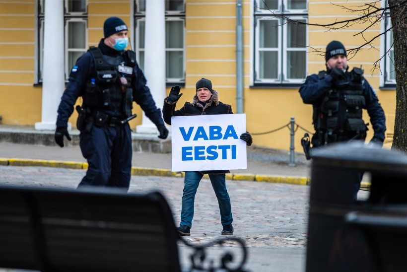 """VIDEO JA GALERII   Protestija Toompeal: """"Mina seisan siin täpselt nii kaua, kui vaja. Mingit totalitaarset riiki ei tule!"""""""