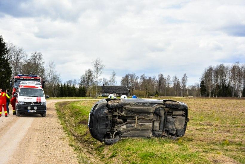 PILTUUDIS | Joobes juht keeras auto kraavi külili: lõksu jäänud reisija vajas päästjate abi