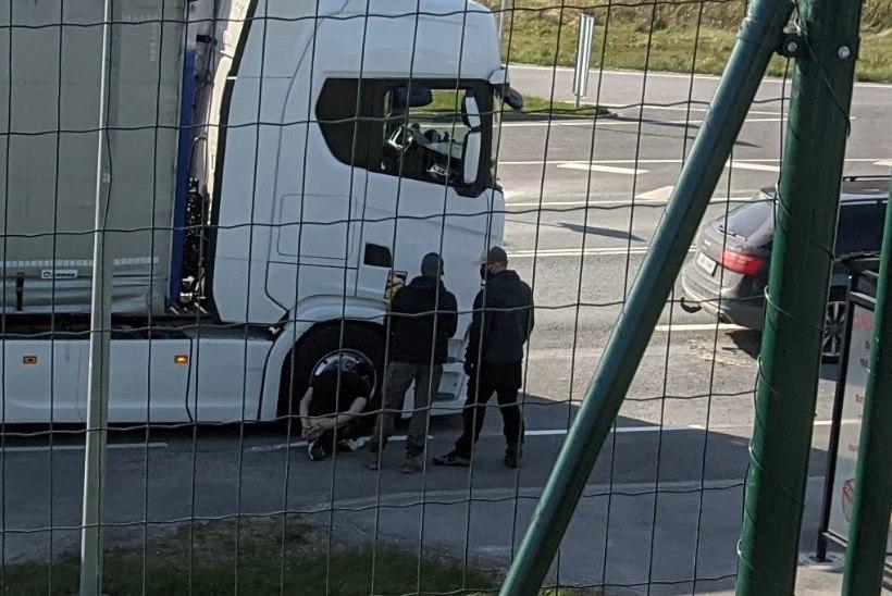 Tagaajamine Tallinna-Pärnu maanteel: politsei tulistas narkokuriteos kahtlustatavate tabamiseks läbi veoauto rehvid – alguses vale, siis õige