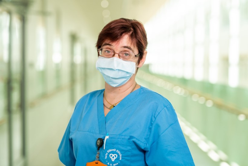 """Naine, kes hooldab kõige raskemaid koroonahaigeid: """"Surmaga ei ole võimalik kunagi lõpuni harjuda, kuid sellega saab toime tulla ja leppida."""""""