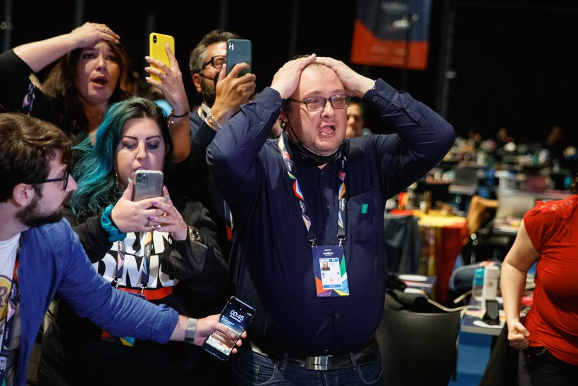 GALERII   Itaalia ajakirjanikud langesid Eurovisioni võidust kuuldes pressikeskuses üksteisele nuttes kaela