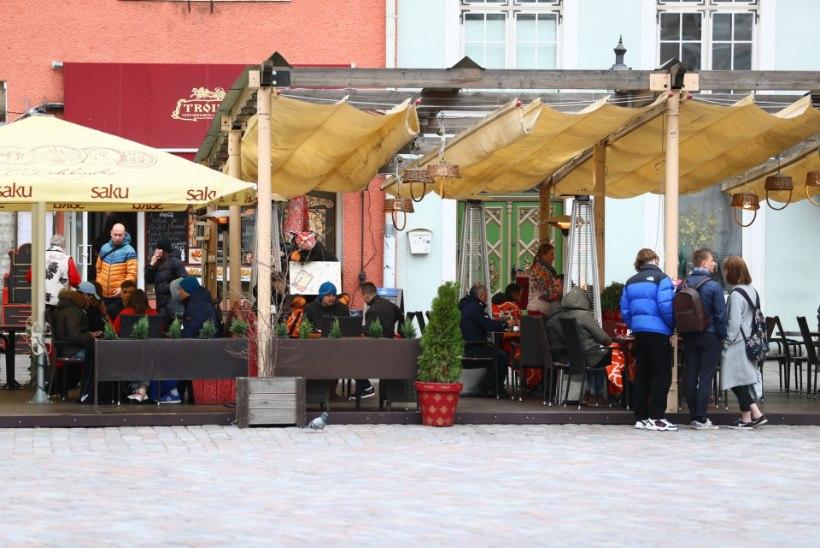 FOTOD | Söögikohtade terrassid on nüüd avatud, aga kõle ilm peletab suuri rahvamasse