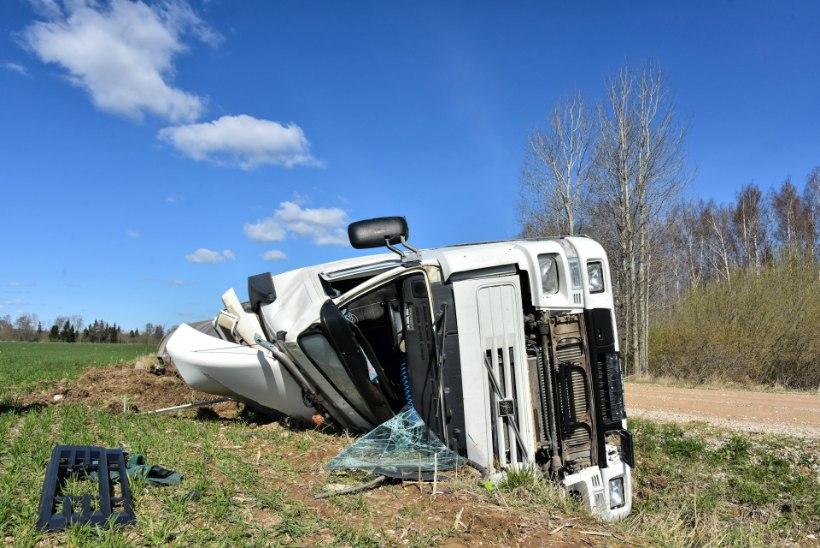FOTOD   Lägapütiga veoauto sõitis kraavi, juht viidi haiglasse