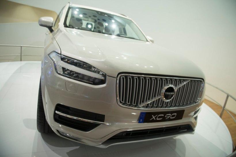 VIDEO | Volvo päästis hullemast? Kravtšenko sõiduk keeldus meeleavaldajale otsa sõitmast!
