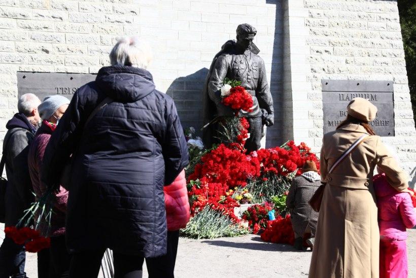 GALERII | Vaata, kuidas tähistatakse võidupüha pronkssõduri juures