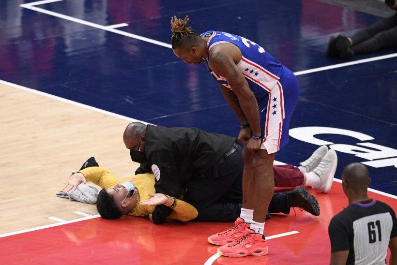 VIDEOD   Saali naasnud fännid lennutavad NBA mängijate suunas sülge, pudeleid ja plaksumaisi. Irving: rassism pole kuhugi kadunud, oleme nagu loomaaia eksponaadid