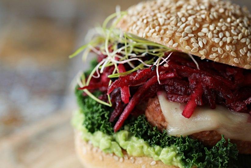 MÕNUS LÕUNA: peedisalati ja idudega vitamiiniburger