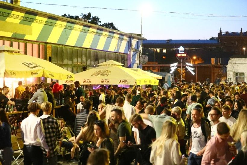 GALERII   Piirangute leevenemine meelitas öisesse Tallinnasse rahvahulgad