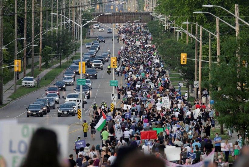 7 KILOMEETRIT JALGSI! Autoga alla aetud moslemipere eest kõndisid tuhanded kanadalased