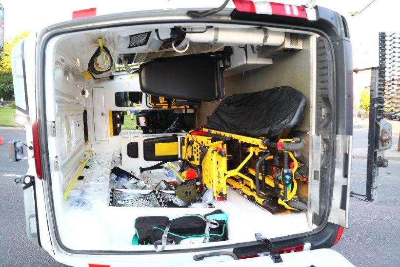 GALERII   Väljakutsel olnud kiirabiauto sattus liiklusõnnetusse, kaks inimest viidi haiglasse