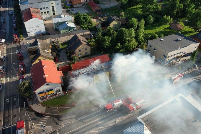 VIDEOD ja FOTOD | Viljandi südalinnas süttis elu- ja ärihoone, kahe inimese tervist turgutasid kiirabitöötajad