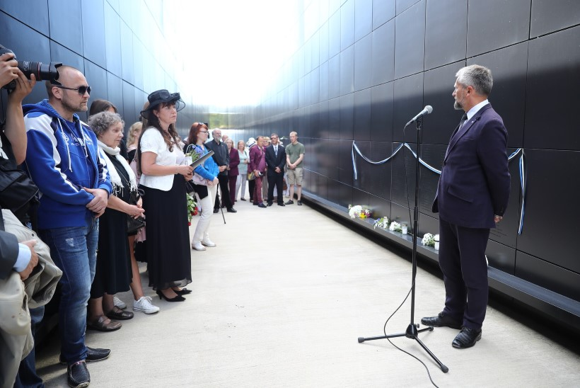 GALERII | Leinapäeval mälestati Eesti kommunismiohvrite memoriaali  juures küüditatuid ja avati  uued nimetahvlid