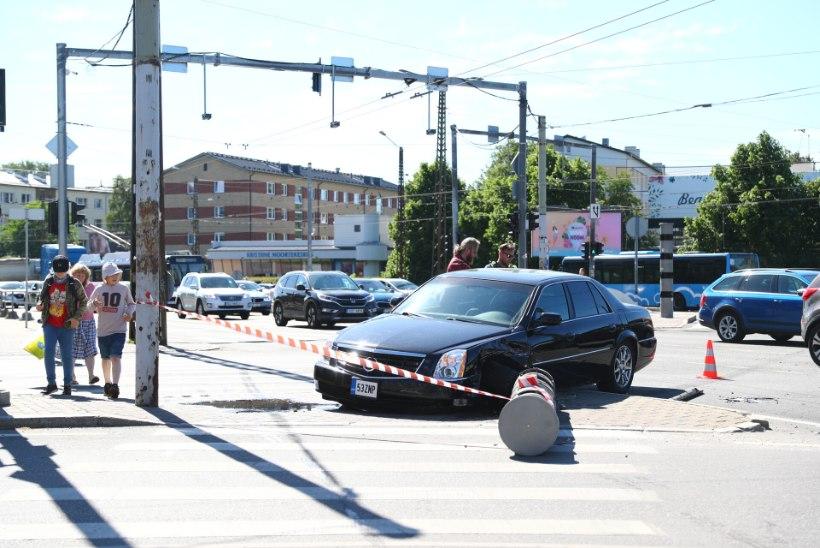 FOTOD   Kristiine ristmikul põrkasid kokku kaks autot, maha sõideti kiiruskaamera