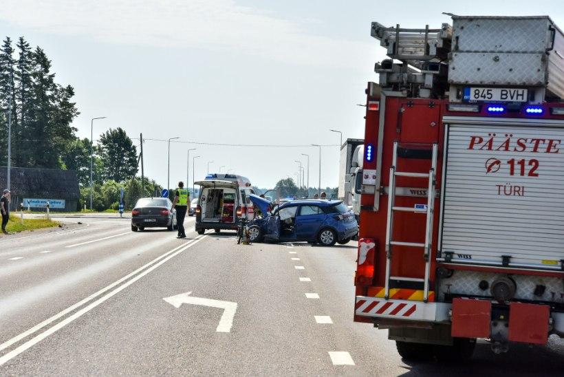 FOTOD   Hyndai juht keeras ette peateel liikunud veokile, viga sai kaks inimest