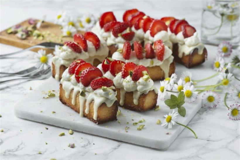 NÄDALA KOOK   Väikesed martsipanikoogid maasikate, vahukoore ja valge šokolaadiga