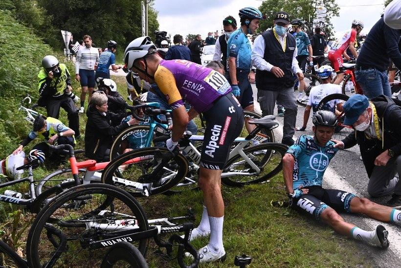 VIDEO | Hooletu fänn põhjustas Tour de France'i avaetapil massikukkumise