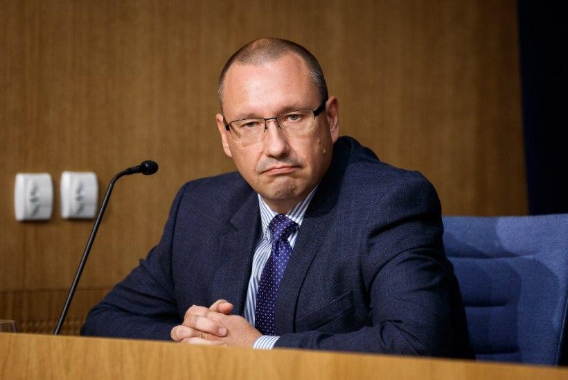 Kommunism   Doktor Arkadi Popov peab töötama vaktsineerimise töörühmas tasuta, sest 4000eurost palka jagub vaid Marek Seerile