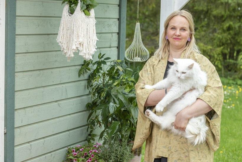 FOTOLUGU | Tõeline värvide pillerkaar: boho-šikk palkmaja Lõuna-Eestist sai perele koduks Kiilis
