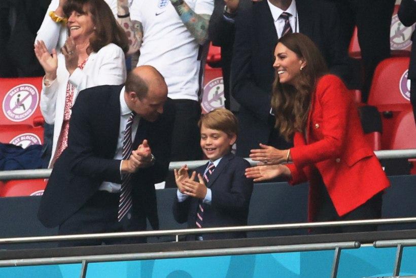 Šikis ülikonnas prints George elas koos ema-isaga Inglismaa koondisele kaasa