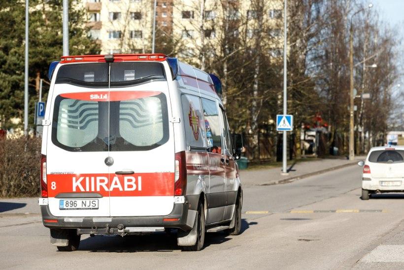 Narvas sõitis auto otsa kahele teismelisele, kiirabi toimetas mõlemad haiglasse