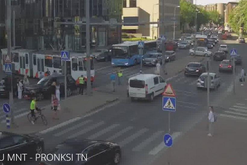 Tallinna kesklinnas põrkasid kokku tramm ja sõiduauto, liiklus oli häiritud
