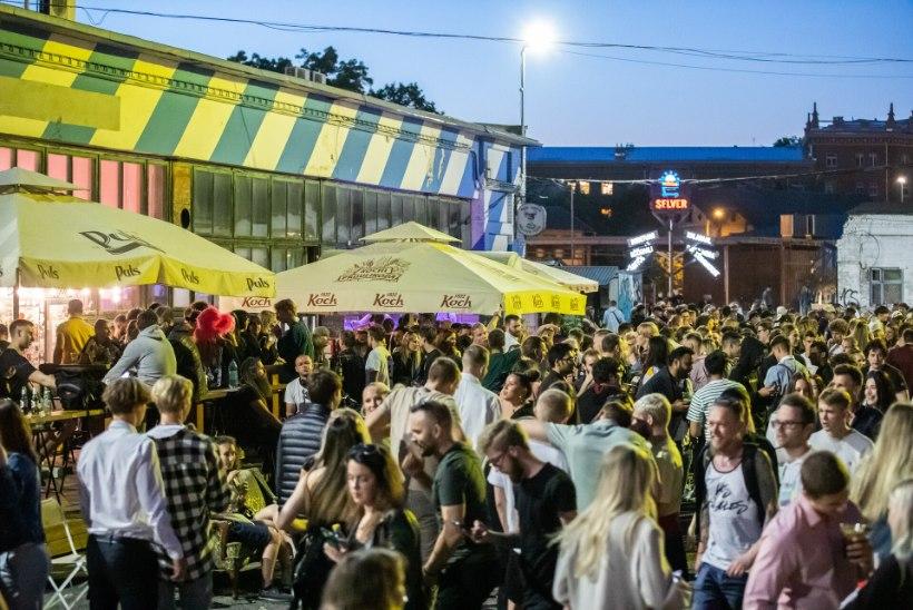 MILLAL SUUREM MÖLL MÖÖDUB? Tallinna menupaiku ummistavad oma jooke kulistavad rahvamassid