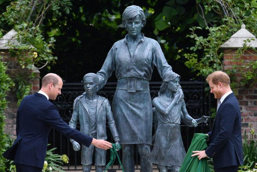 Vaenutsevad printsid avasid oma ema Diana mälestussamba