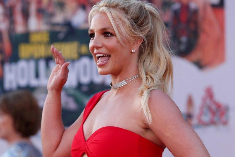 KIHLATUD? Britney Spears välgutas hiiglasliku kiviga sõrmust