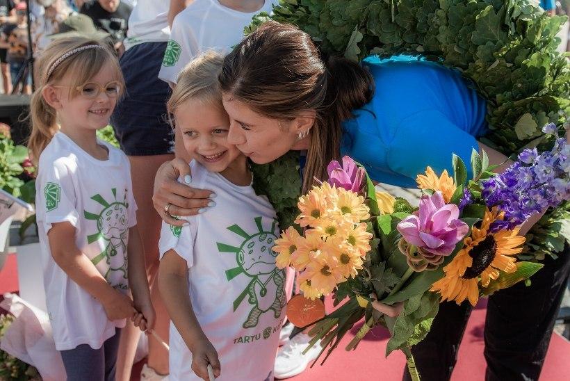 GALERII   Tartlased tervitasid tagasi kodulinna saabunud olümpiasangarit