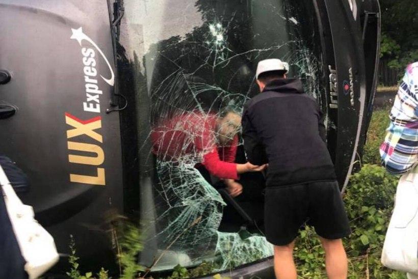 LUGEJA VIDEO | Lihulas paiskus külili buss 43 reisijaga, kellest kaks viidi haiglasse tervisekontrolli