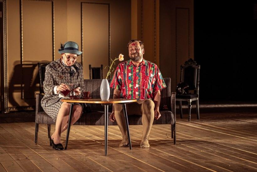 """Kersti Heinloo kehastatud Vanaema lavastuses """"Talupojad tantsivad prillid ees"""": """"Nüüd mängime sellist mängu, et sa oled surnud."""""""