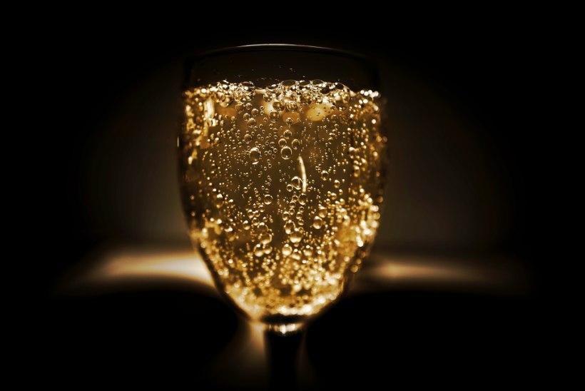 MÜSTILINE ŠAMPANSKOJE   David Vseviov, Dimitri Demjanov ning tippsommeljeed üritavad mõista Venemaal šampanjana ainumüügiõiguse saanud Sovetskoje mulle