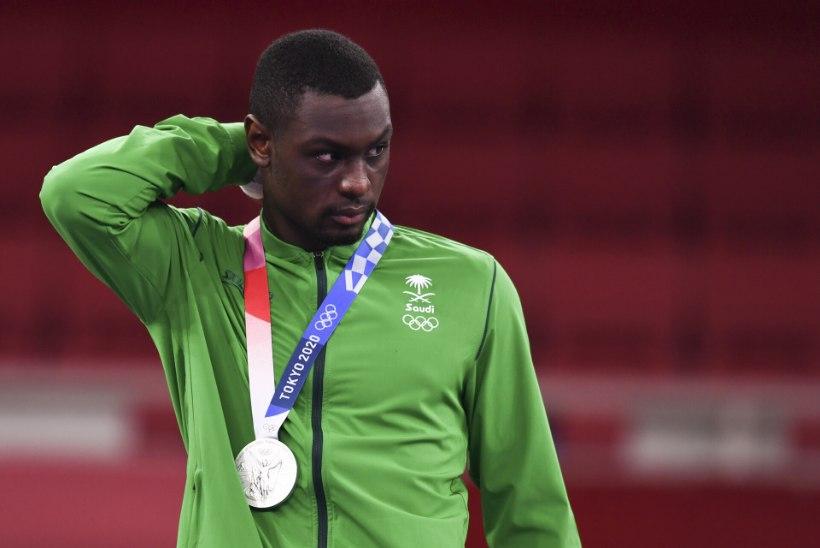 """""""Meie jaoks on ta olümpiavõitja!"""" Saudi Araabia külvas finaalis disklahvi saanud karateka rahaga üle"""