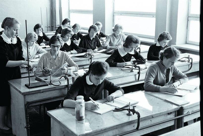 AUGUSTIS AJALOOS: esimene eestikeelne noodiõpetus ja pangakaartide tulek