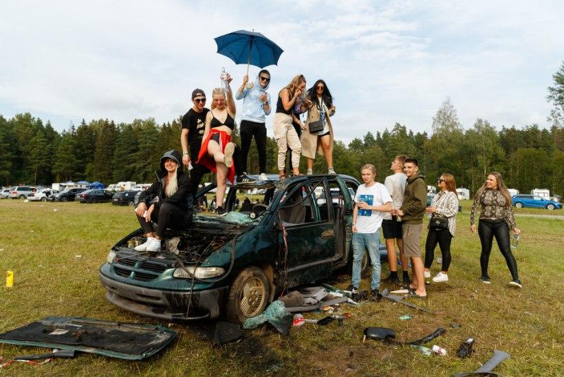 FOTOD | Eesti hiphopifestivalilt kõrvale jäänud Beebilõust andis kontserdi hoopis parklas: meil oli Genkaga väike kana kitkuda