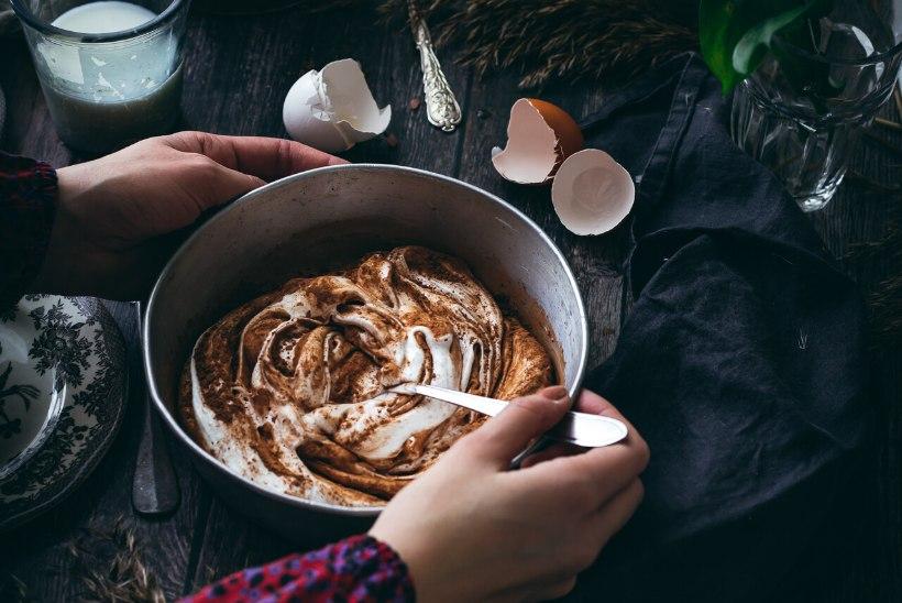 PAVLOVA MUSTA LEIVAGA    Lihtsad ja õhulised pidupäeva-koogikesed tilgakese Vana Tallinnaga