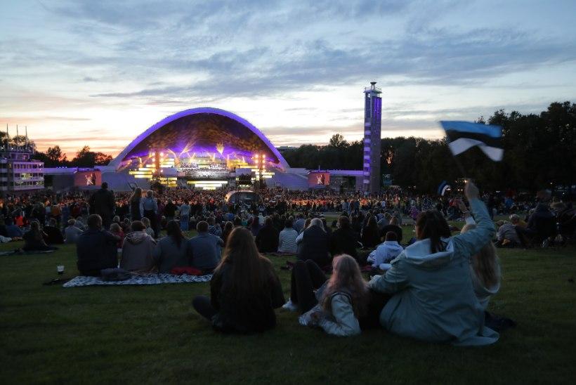 GALERII   Öölaulupidu kutsus Tallinna lauluväljakule kokku hulga rahvast