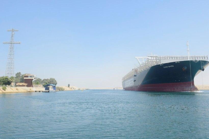 EI JÄÄNUDKI KINNI: kuulus kaubalaev Ever Given sõitis taas läbi Suessi kanali, kus see eelmine kord paksu pahandust tekitas