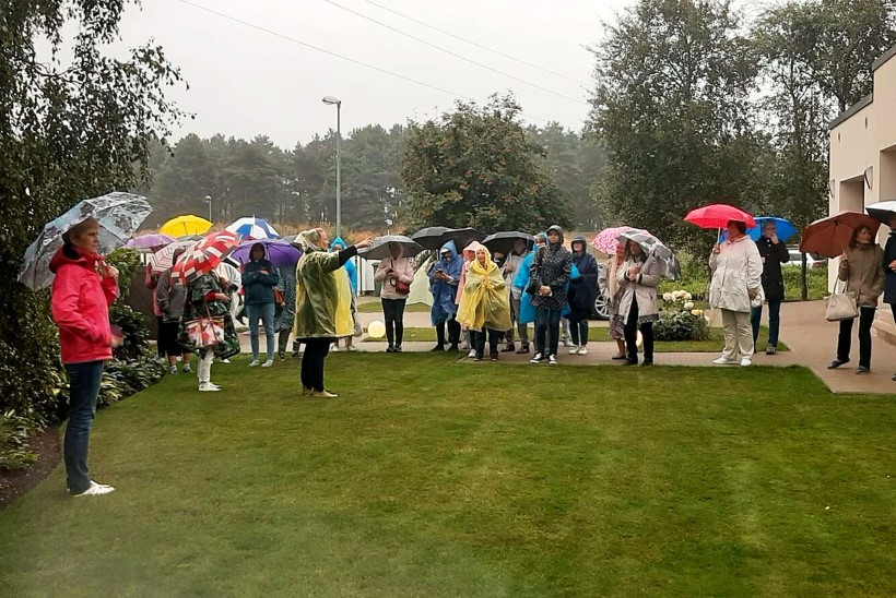 GALERII | Rõõmus lugejareis vihmasajus viis koduaedadesse ja Kadrioru parki