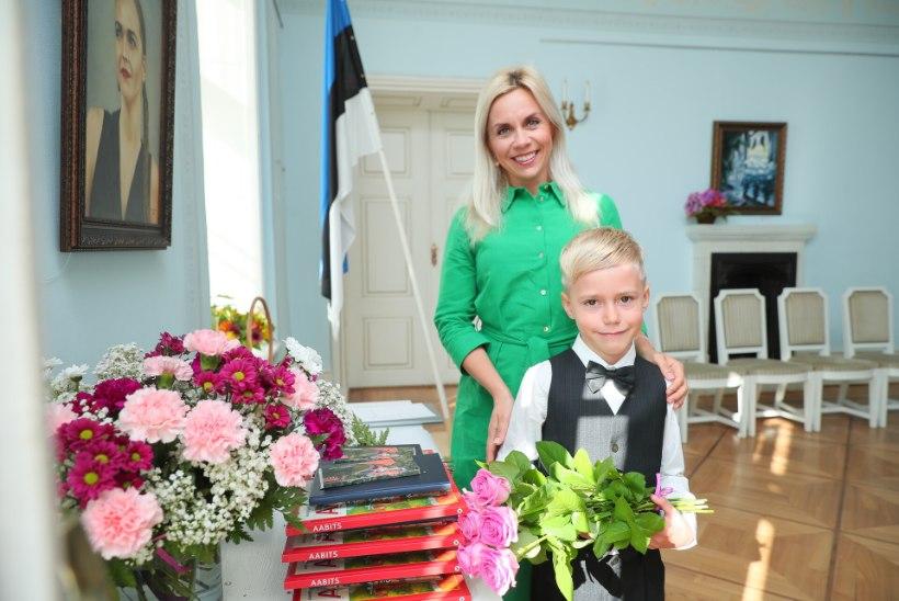 ESIMENE KOOLIPÄEV   Liis Lusmäe poeg astub 1. klassi väikeses mõisakoolis: sealne kogukonnatunnetus on nii tugev