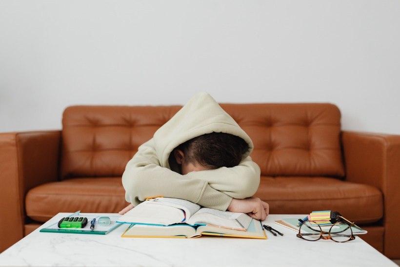 KONTAKTÕPE TEKITAB STRESSI? 10 märki, mis viitavad sellele, et su lapsel on raske kooliga uuesti kohaneda