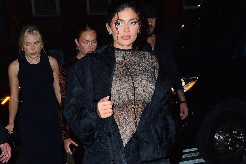 WOW! Rase Kylie Jenner ilmus moenädalale läbipaistvas pükskostüümis