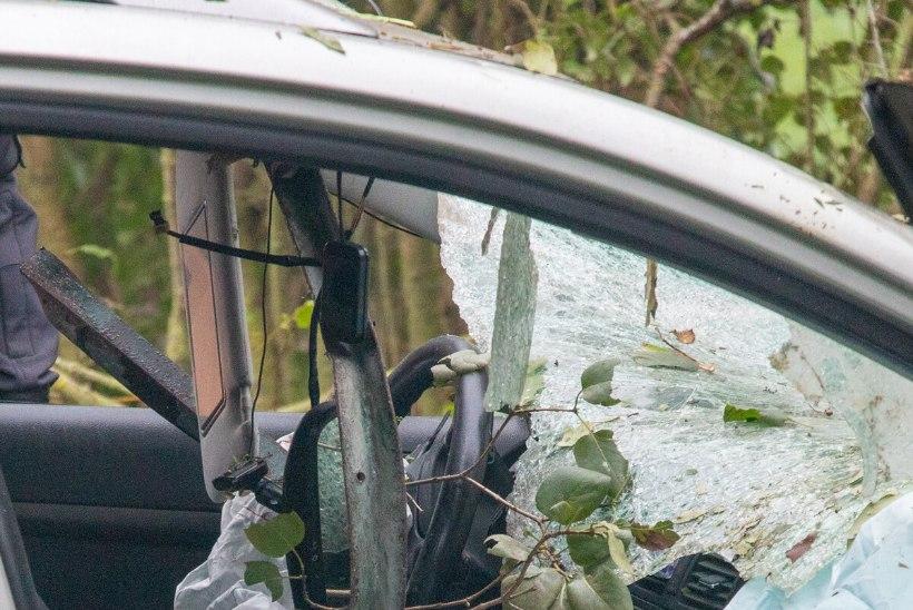 GALERII SÜNDMUSKOHALT | Saaremaal suri raskes liiklusõnnetuses noor mees