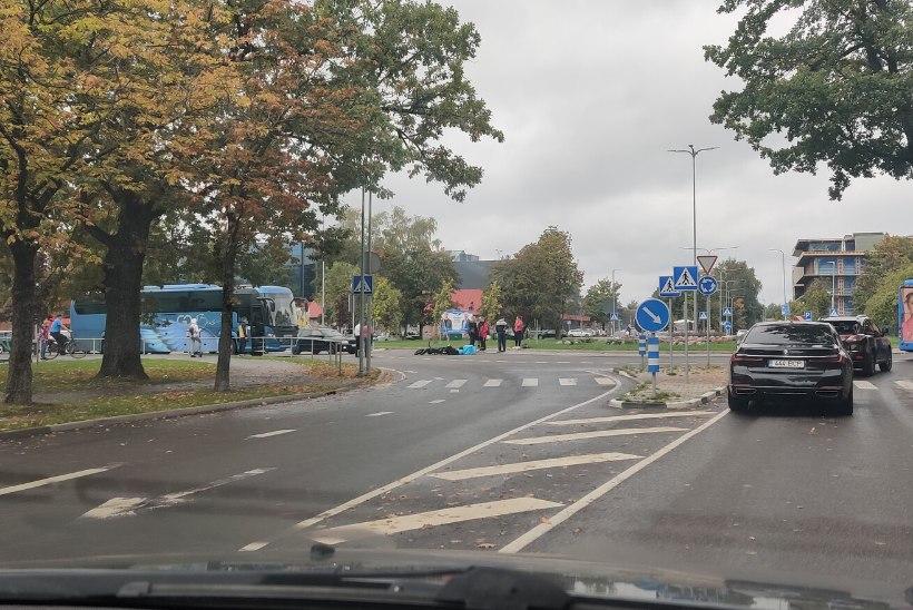 FOTOD SÜNDMUSKOHALT | Pärnus sai liiklusõnnetuses viga 15aastane Wolti kuller