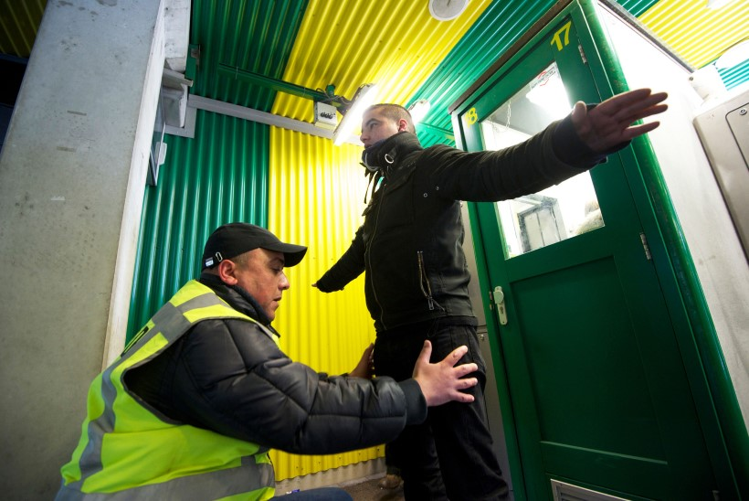 KÄERAUAD JA RAHUSTUSVOODI: vang sai valuraha vägisi korraldatud vagiina läbiotsimise eest