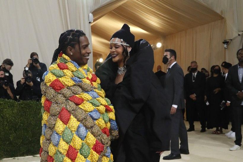 GALERII |Met Galal demonstreeriti pöörast moodi, Lil Nas X kandis korraga lausa kolme kostüümi