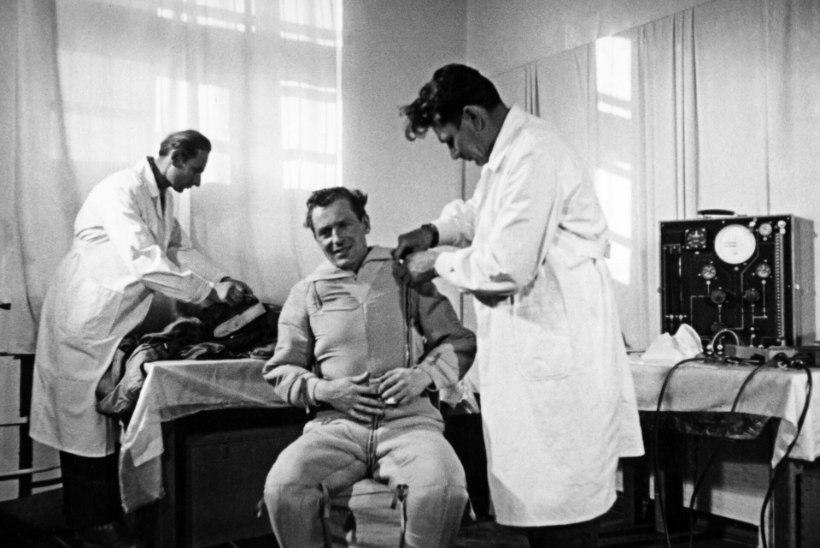 IGAVENE TEINE: kosmonaut German Titovi käsi sirutus kohe pärast maandumist õlle järele