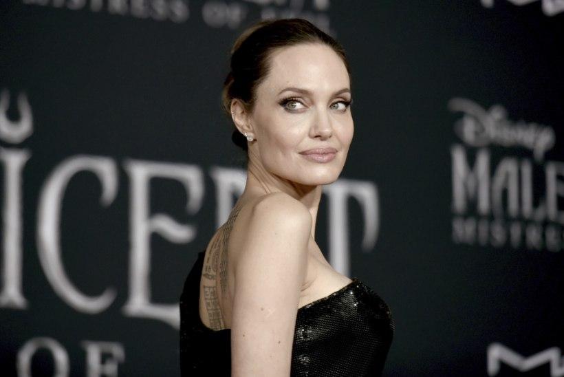 ROMANTIKA! Jolie suhe 15 aastat noorema lauljaga edeneb jõudsalt