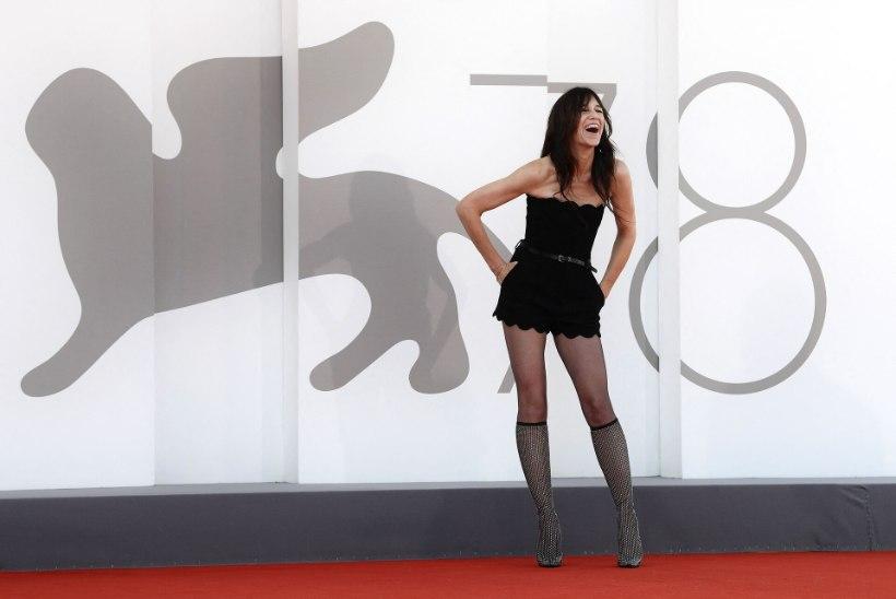 49aastase näitlejanna minikleit ähvardas punavaibal tema taguotsa paljastada!
